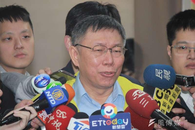台北市長柯文哲22日上午在市府內短暫接受聯訪,針對民進黨立委段宜康酸他是「一隻眼睛的鹿」,柯表示,要段宜康先把曲棍球吞了再發問。(方炳超攝)