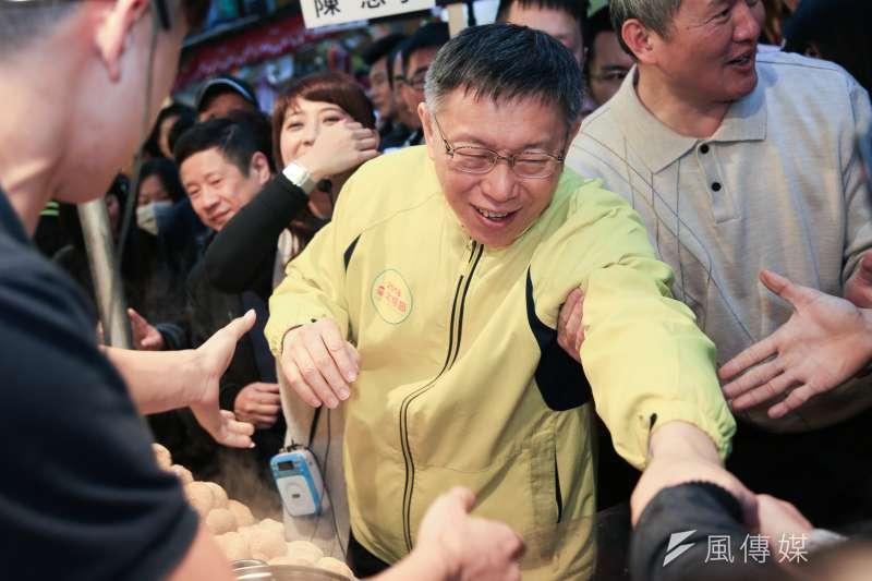 台北市長柯文哲至迪化街掃街。(簡必丞攝)