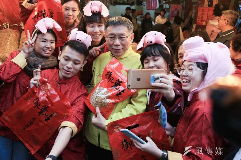 台北市長柯文哲「有在想組黨」。圖為柯文哲至迪化街掃街。(簡必丞攝)