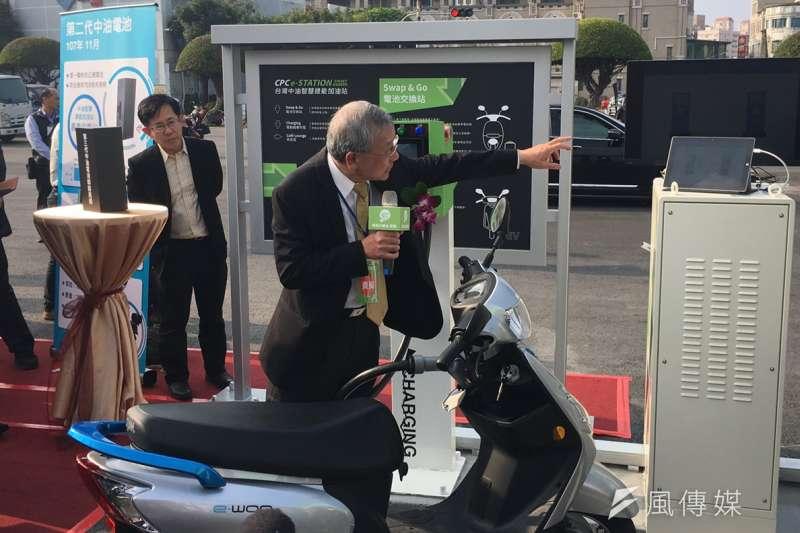 中油董事長戴謙示範電動機車充電流程。(尹俞歡攝)