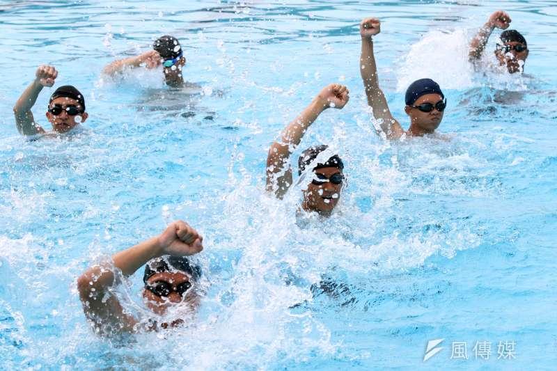 從土法煉鋼到科學化的管理和訓練,水下踢擊便是一項代表性的課程。藉由水中有密度、阻力的環境,進而提升人員在陸地上的攻擊能力。(蘇仲泓攝)