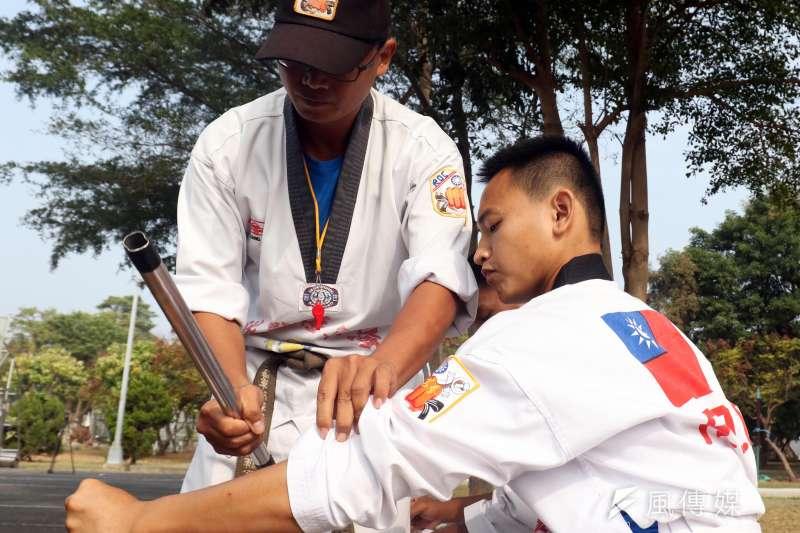 20190123-新進隊員必須接受包括小腿、手臂等位置的抗打磨練,以鋼棍等物反覆敲打,提升該部位的硬度。(蘇仲泓攝)