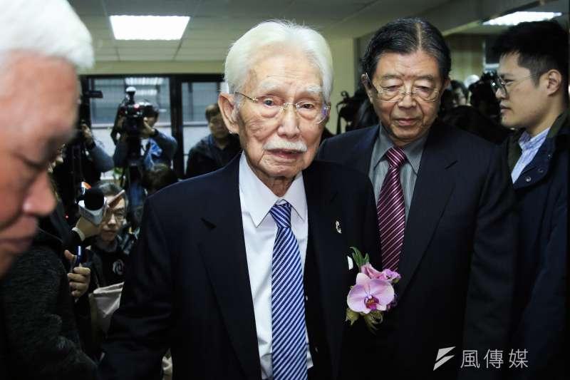 董事長辜寬敏(左)23日出席台灣制憲基金會開幕式,並於致詞時表達提倡制定新憲法。(簡必丞攝)