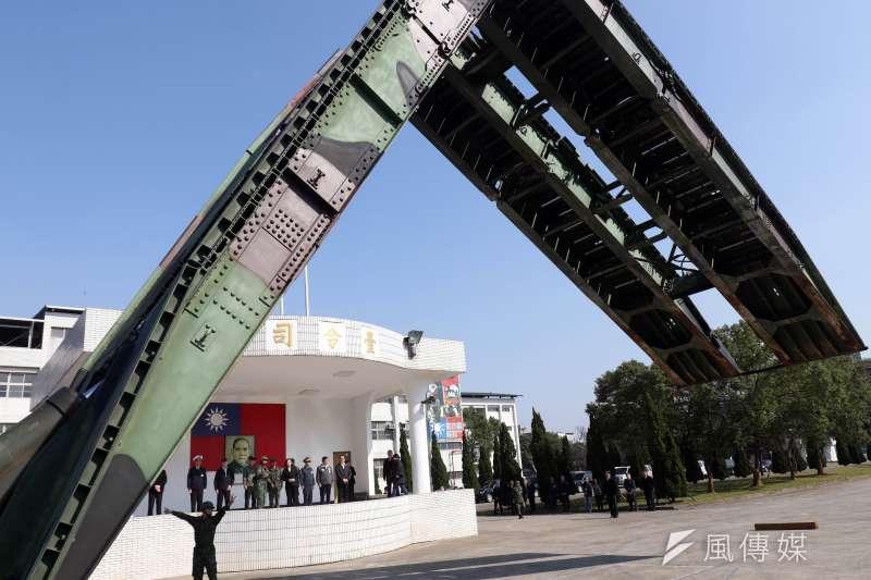 20190125-總統蔡英文25日前往桃園地區視導陸軍53工兵群,圖為M48A5履帶機動橋進行橋梁架設進行動態展示。