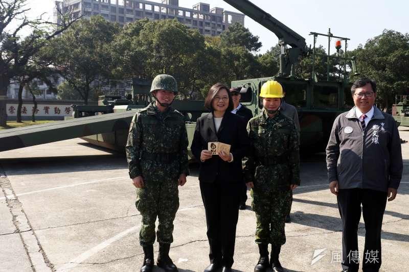 兩強之下難為小,民主一中可以為台灣戰略。總統蔡英文前往桃園地區視導陸軍53工兵群。(蘇仲泓攝)