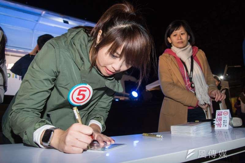 20190126-陳思宇選前之夜,陳思宇替民眾在自己的競選歌曲CD上簽名。(甘岱民攝)
