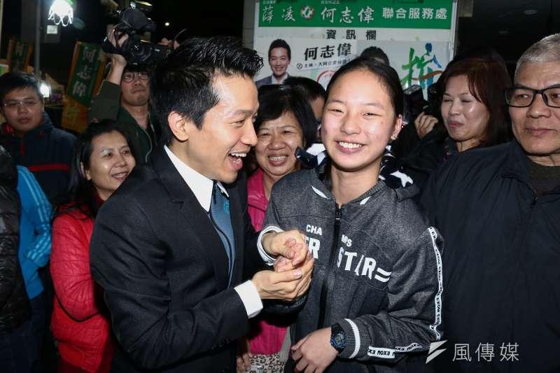 20190127-何志偉參與立委補選獲得勝選,選民向前祝賀。(蔡親傑攝)