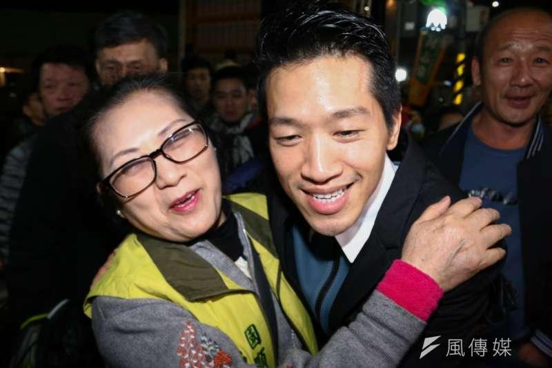 何志偉(右)參與立委補選獲得勝選,選民向前祝賀。(蔡親傑攝)