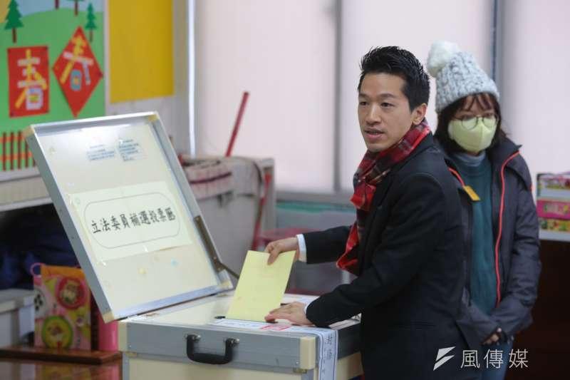 台北市第二選區立委補選候選人何志偉27日至陽明山國小投票所投票。(顏麟宇攝)