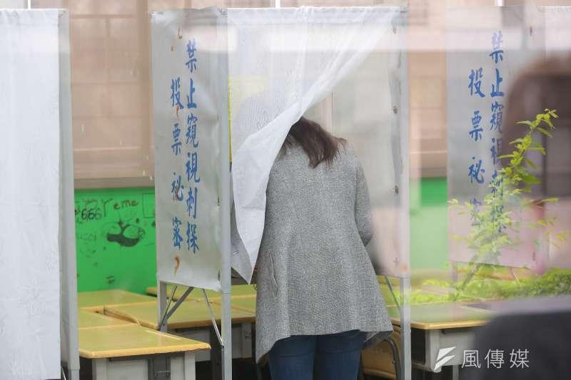 作者指出,後續的總統大選,只要是三陣營以上的競爭,棄誰保誰的討論恐怕難以避免。與其讓選民投票基於不可預知正確性的研判猜測,不如通過兩階段的投票方式,讓選民對候選人的相對意志能獲得制度化的反映。(資料照,顏麟宇攝)