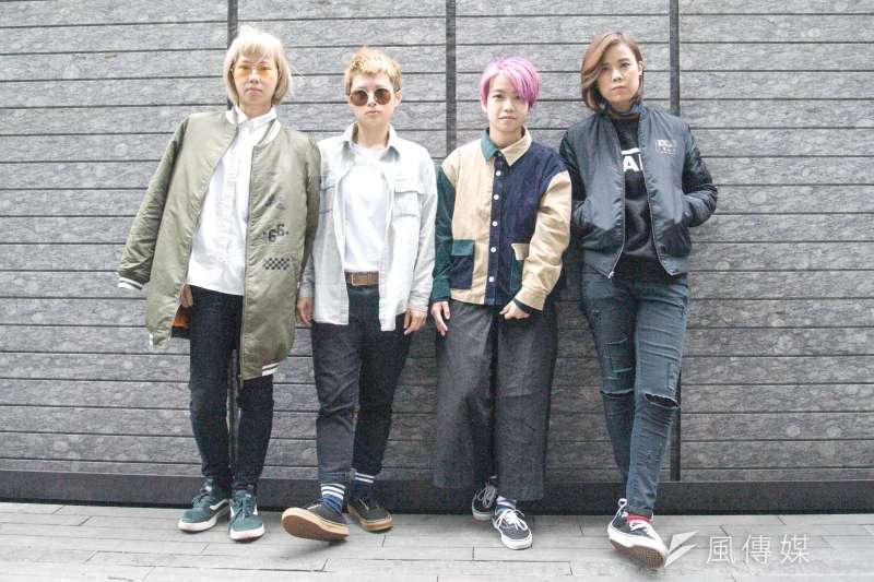 香港樂團「雞肉蒸蛋餅」於2012冬季成軍,是由主唱Soft(左二)、吉他手Soni(左一)、Bass手Wing(右二)、鼓手Heihei(右一)組成的4人樂團。而將社會議題唱入歌詞,也成為她們鮮明的標誌。(甘岱民攝)