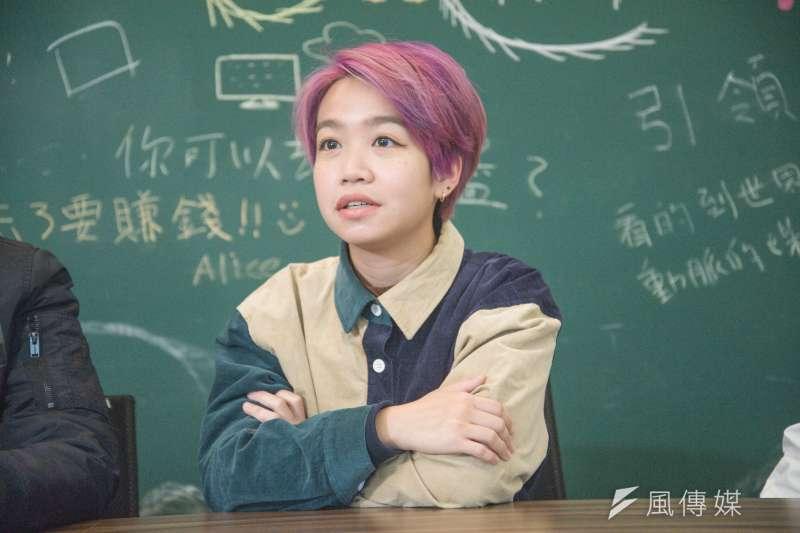 20190126-香港樂團「雞肉蒸蛋餅」專訪,貝斯手Wing。(甘岱民攝)