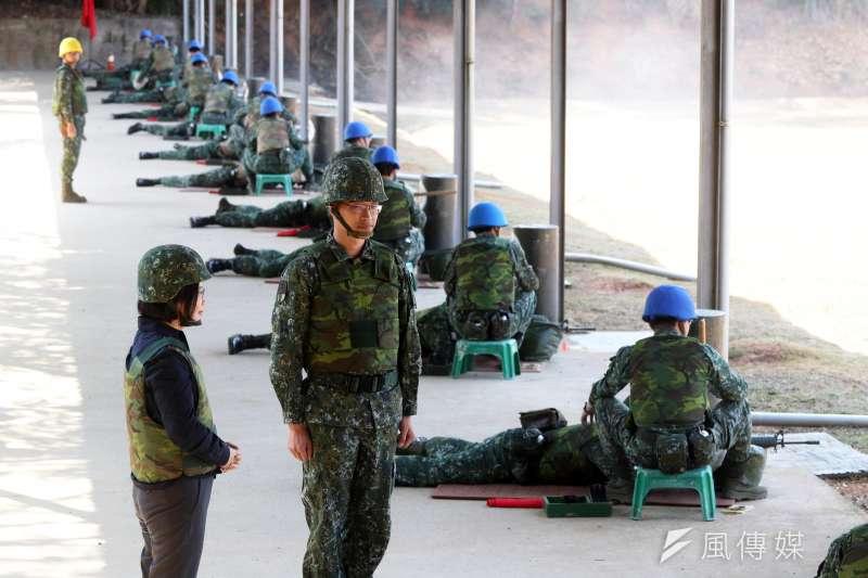 20190129-總統蔡英文29日上午進行部隊視導行程,抵達成功嶺後首先前往4號靶場觀看新兵實彈射擊訓練情況。(蘇仲泓攝)