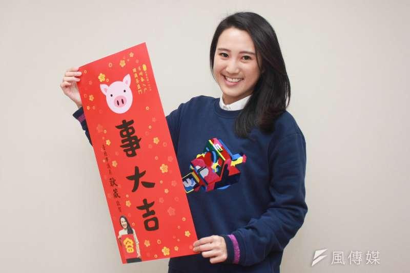 本屆議會最年輕的耿葳,準備了「自繪春聯」,使用電腦Photoshop,繪出一幅畫有一隻豬的「豬事大吉」的春聯,要祝福大家諸事大吉。(方炳超攝)