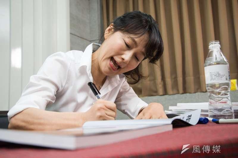20190129-《誰摔死了李新》簽書記者會,郭新政替民眾簽書。(甘岱民攝)