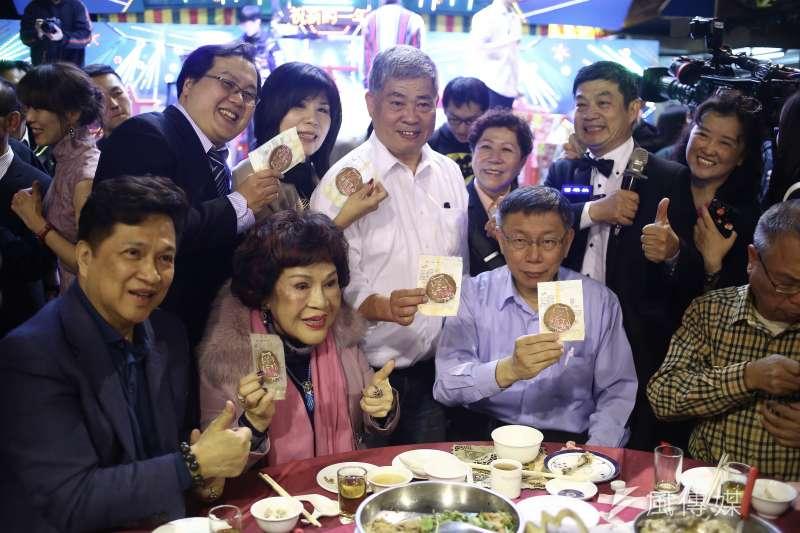 20190129-台北市長柯文哲赴寧夏夜市發放新年發財金。(陳品佑攝)