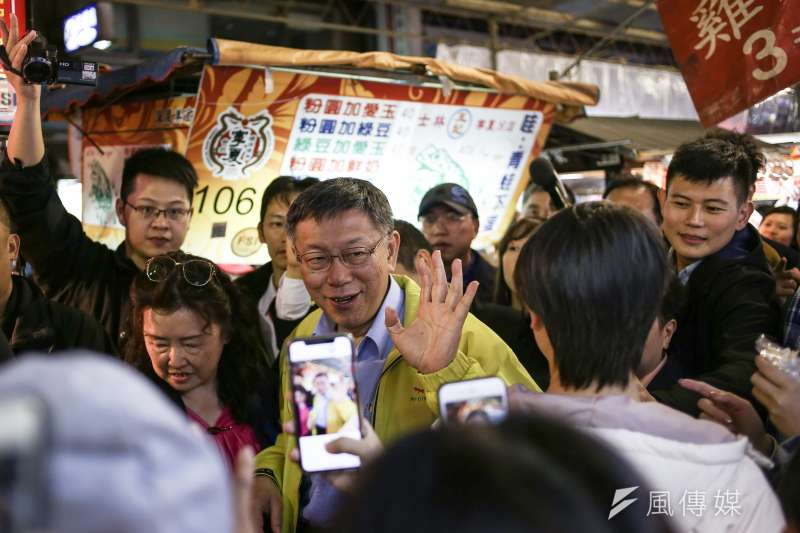 台北市長柯文哲赴寧夏夜市發放豬年發財金,民眾熱情拍照。(陳品佑攝)