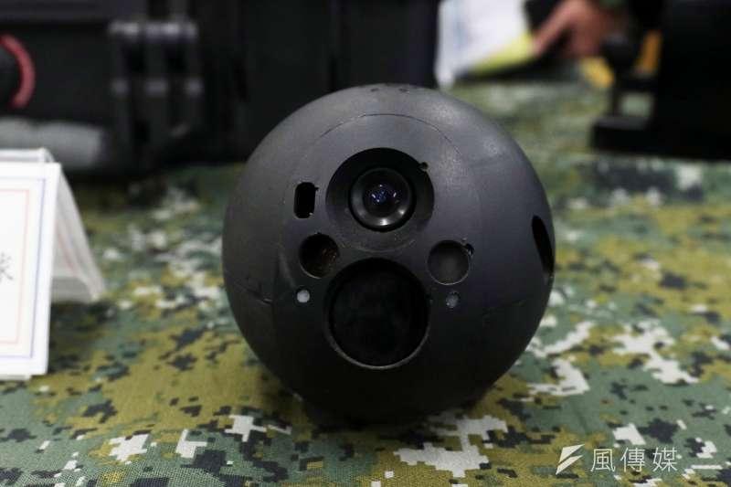 20190129-戰術偵搜球可採固定方式偵察,亦可透過固定桿結合,深入人員無法進入的狹小空間內,近年發生的災害中,都有使用它的身影。(蘇仲泓攝)