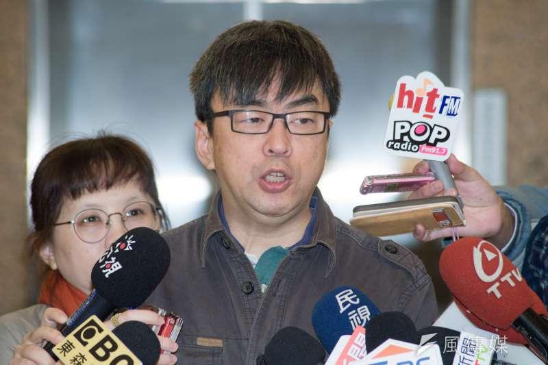 20190129-立法委員段宜康回應台灣新社會智庫辦公室被砸玻璃事件。(甘岱民攝)