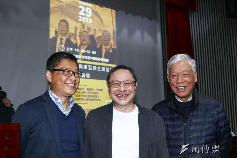 香港占中三子陳健民(左)、戴耀廷(中)、朱耀明(右)出席「雨傘運動與東亞民主展望論壇」。(蔡親傑攝)