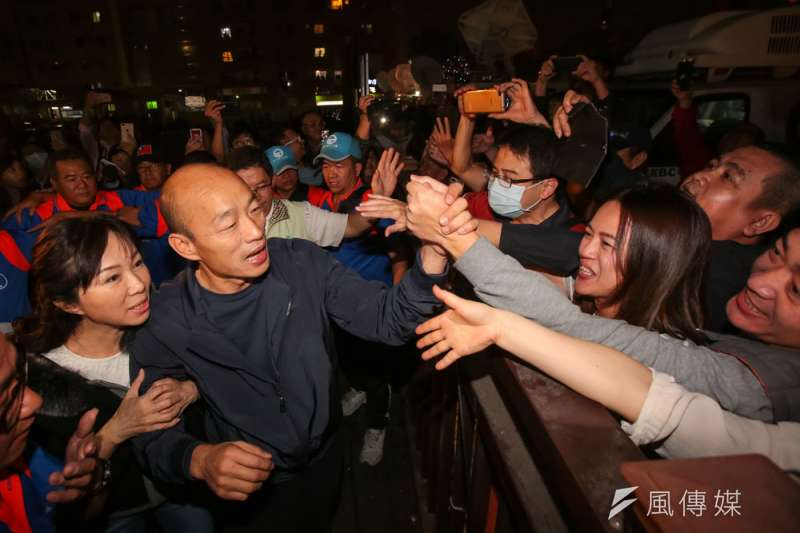 韓國瑜(左二)超高人氣持續不墜,占星師江之更分析顯示韓甚至會是台灣經濟的貴人。(顏麟宇攝)