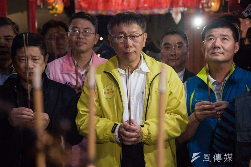 台北市長柯文哲是2020總統大選的最大變數。圖為柯文哲在武聖殿上香祈福。(甘岱民攝)