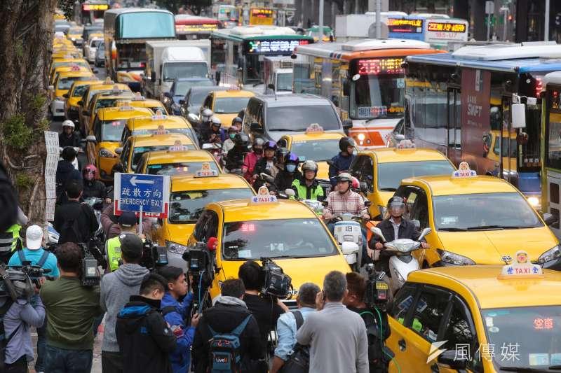 計程車司機31日自主路過包圍行政院,抗議交通部圖利Uber違法跨業營運。(資料照片,顏麟宇攝)