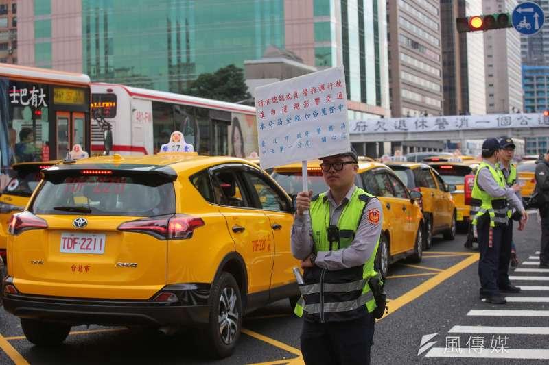 20190131-計程車司機31日自主路過包圍行政院,抗議交通部圖利Uber違法跨業營運。(顏麟宇攝)