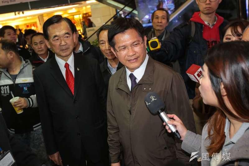 交通部長林佳龍(右)回應華航機師罷工爭議。(資料照片,顏麟宇攝)
