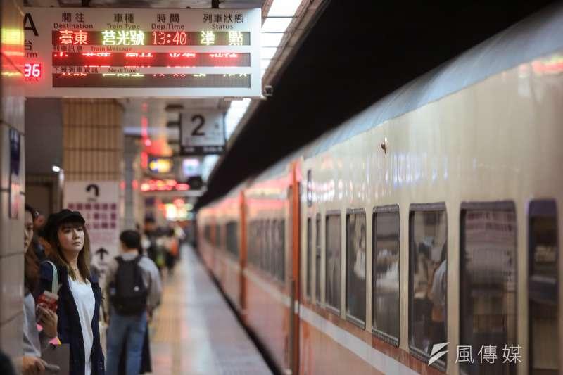 台鐵誤點每況愈下,列車誤點班次和時數創下新高,不時有民眾抱怨或投訴。示意圖。(資料照,顏麟宇攝)