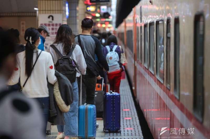 交通部長林佳龍11日表示,10日開始進入輸運高峰,高鐵、台鐵都班班客滿,高鐵整天旅運29萬8667人次是營運以來第5高,南下搭乘人次18萬604人次則是營運以來新高。示意圖。(資料照,顏麟宇攝)