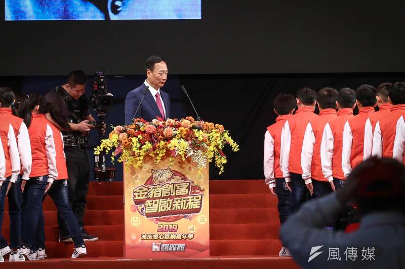 20190202-鴻海尾牙,董事長郭台銘上台領唱國歌。(陳品佑攝)