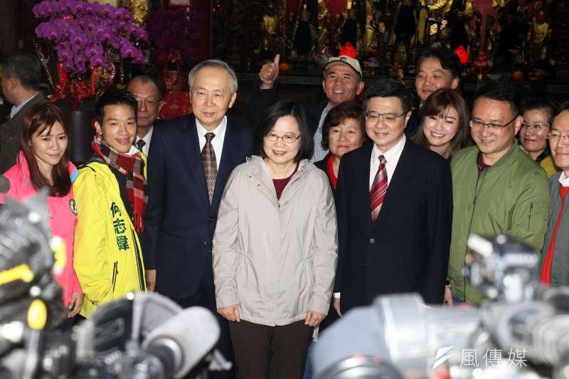 總統蔡英文出席「台北市覺修宮」發放福袋。(蘇仲泓攝)