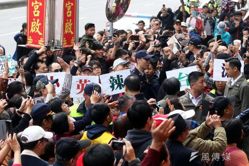 總統蔡英文網路成為「辣台妹」,圖為民眾手持「小英辣台派」標語表達支持。(蘇仲泓攝)