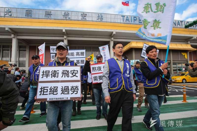 機師工會華航機師及全國各行各業工會11日於松山機場前召開「要飛安!挺罷工!」支持華航機師罷工聲援記者會。(顏麟宇攝)