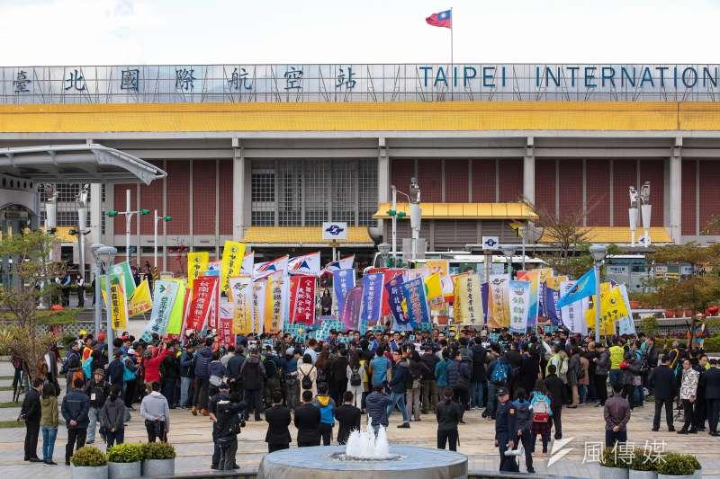 20190211-全國各行各業工會11日於松山機場前召開「要飛安!挺罷工!」支持華航機師罷工聲援記者會。(顏麟宇攝)