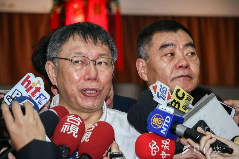 台北市長柯文哲(左)11日赴台北市議會新春團拜,右為台北市議會議長陳錦祥。(蔡親傑攝)