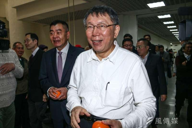 台北市長柯文哲(右)11日赴台北市議會新春團拜,左為台北市議會議長陳錦祥。(蔡親傑攝)