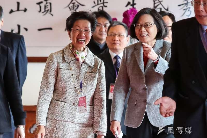 總統蔡英文(右)11日出席「2019大陸台商春節聯誼活動」呼籲台商返台投資。海基會董事長張小月(左)陪同。(顏麟宇攝)