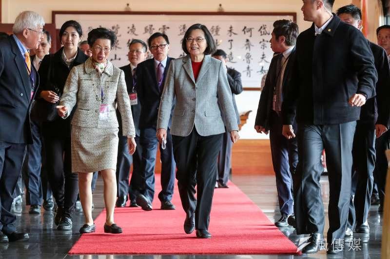 總統蔡英文(中)11日中午利用出席中國台商春節聯誼活動時向北京喊話,蔡強調,「兩岸唯有平等尊嚴,才能互惠互利,共創雙贏,這也是台灣社會的共同期待。 」(顏麟宇攝)