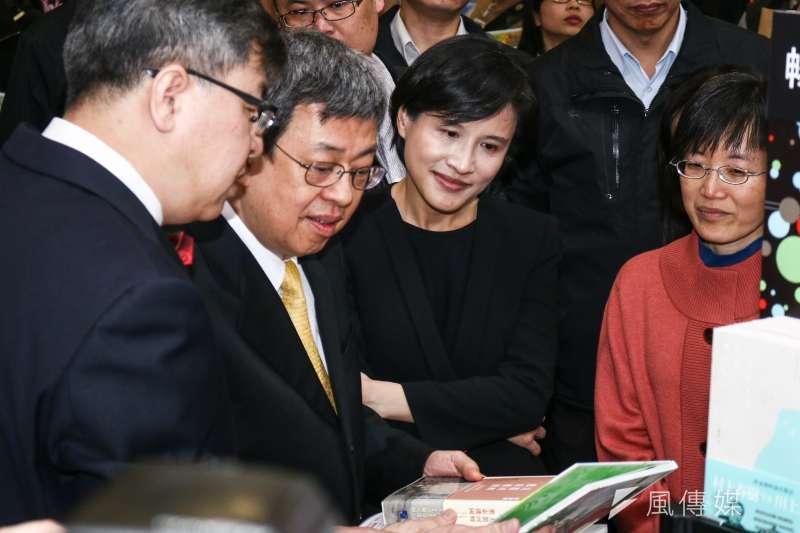 副總統陳建仁(左二)出席台北國際書展開幕,並參觀國內書商攤位。(蔡親傑攝)