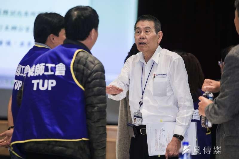 華航公司董事長謝世謙(右)年初時曾處理機師罷工事件。(資料照,簡必丞攝)