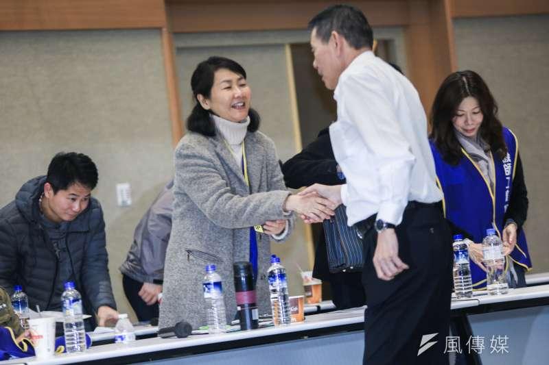20190213-華航機師工會常務理事陳蓓蓓(左)13日出席華航勞資協商會後記者會,並於會後與華航公司總經理謝世謙(右)握手。(簡必丞攝)