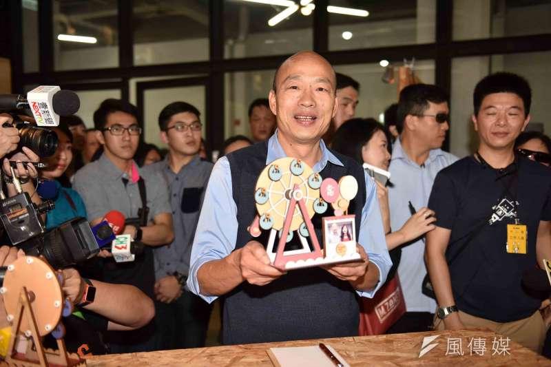 高雄市長韓國瑜親手打造「愛情摩天輪」模型及耳環。(圖/徐炳文攝)