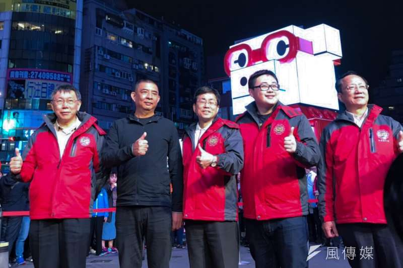 20190214_台北燈節主燈豬寶試燈,台北市長柯文哲(左一)等人合影。(方炳超攝)