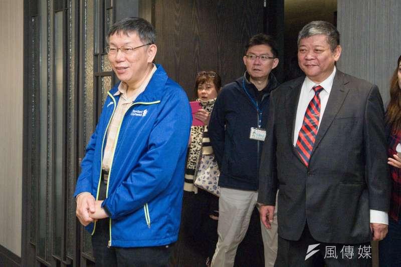 文化大學大典館昨火警,台北市長柯文哲(左一)今表示,有公安疑慮還是要處理,遇爭議就照SOP走。(甘岱民攝)