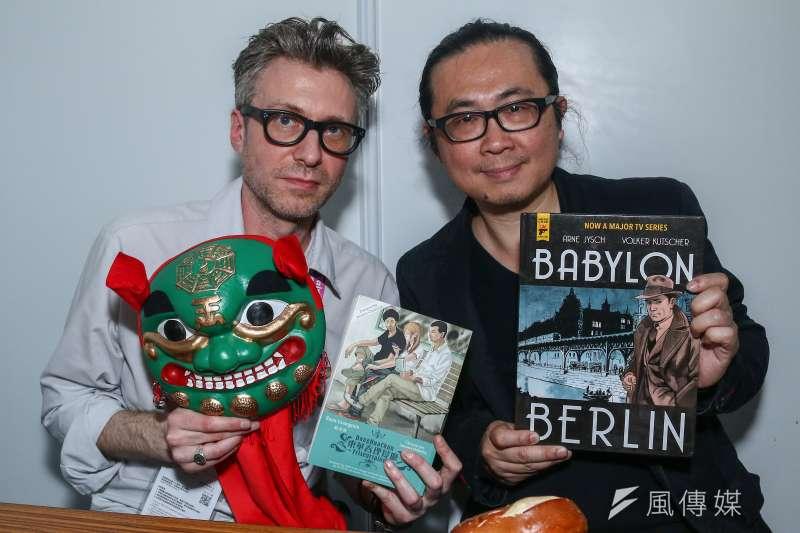 台北國際書展邀請德國圖像小說家意許(左)與台灣漫畫家阮光民(右)進行對談。(蔡親傑攝)