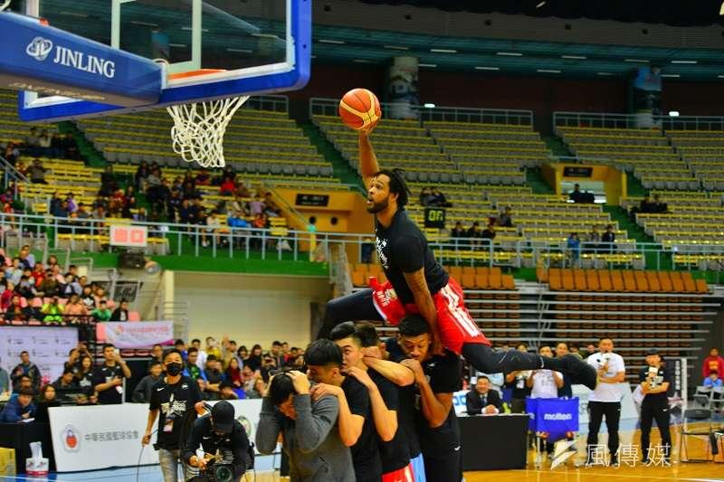 台銀洋將最後一灌成功飛越5名球員,幫助台銀奪下灌籃大賽冠軍。 (金茂勛攝)
