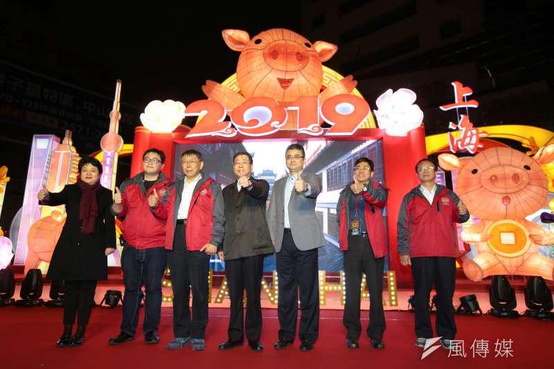 台北市長柯文哲(左三)、上海市台辦主任李文輝16日一同至台北燈會上海燈區進行點燈儀式。(資料照,顏麟宇攝)