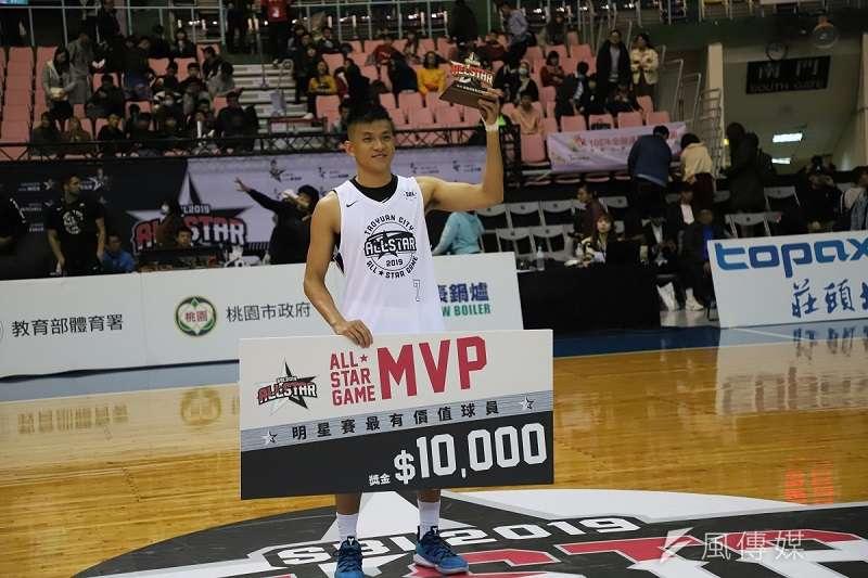 于煥亞在明星對抗賽狂飆9記三分球,奪下明星對抗賽MVP。 (溫振甫攝)